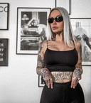 Pommeline Tillière - bekend van 'Temptation Island' - heeft ook ee tattoo onder haar kin.