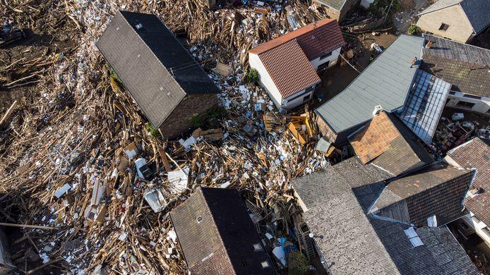 Puin, meubels, auto's en bomen liggen tussen de huizen in Schuld, Duitsland. (Thomas Lohnes/Getty Images)