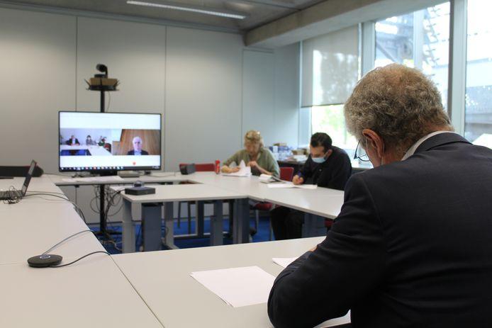 Tijdens een reeks gesimuleerde verhoren via videoconferentie moesten vorige vrijdag 3 studenten gerechtstolken laten zien wat ze tijdens hun opleiding al hadden geleerd.