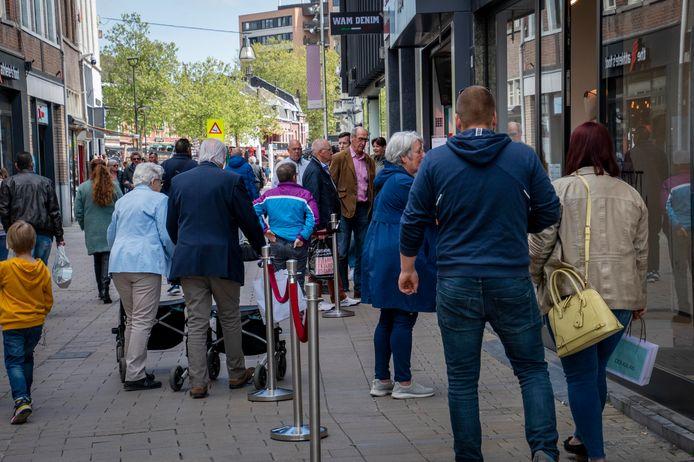 Drukte iun de Heuvelstraat op zaterdagmiddag. Met spoed zijn de eerste maatregelen genomen om die in banen te leiden.