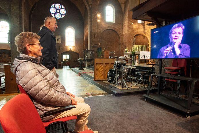 Deelnemers aan de Vredesfietstocht die een kijkje namen in de Mariakerk in Beuningen konden daar onder meer een videopresentatie bijwonen van Herman Finkers, de grappigste inwoner van het kerkdorp.