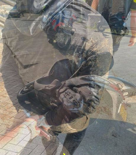 Jongen (16) zonder rijbewijs probeert politie te snel af te zijn, maar stratenmaker houdt hem tegen