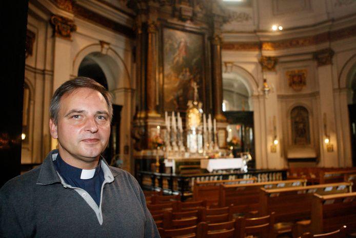 Pastoor Luc Van Hilst kreeg samen met enkele medepriesters en technische medewerkers een pv voor het niet naleven van de coronamaatregelen