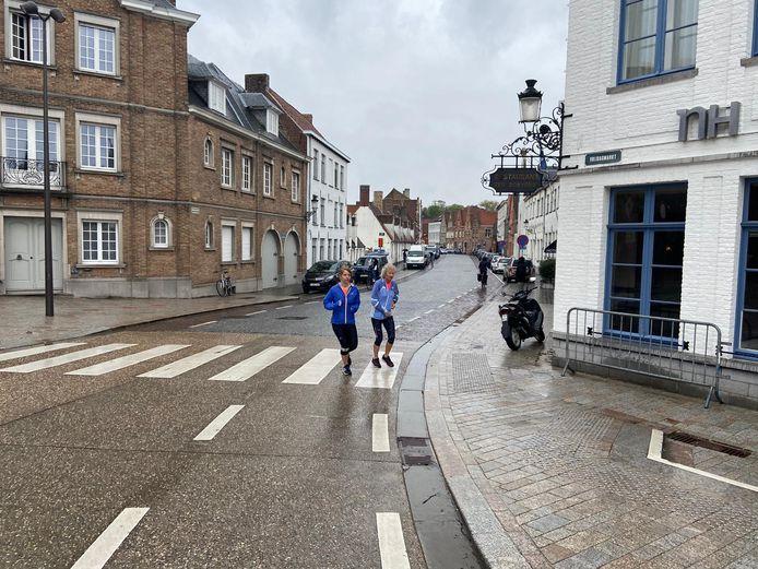 Dwars door Brugge anno 2021. Het ziet er allemaal wat minder spectaculair uit, maar de lopers genoten toch van het parcours in de binnenstad.