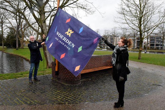 Burgemeester Victor Molkenboer en Angela Koot van de stichting Woerden 650 jaar trapten in maart van dit jaar alvast het feestjaar 2022 af waarin Woerden 650 jaar stadsrechten viert.