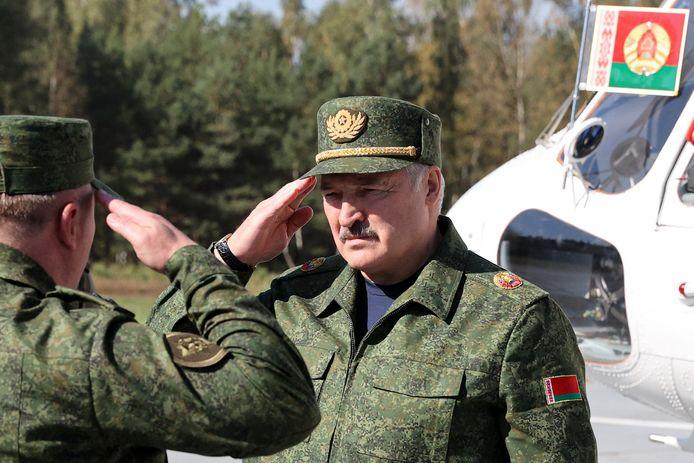 Loekasjenko op bezoek bij de militaire oefening.