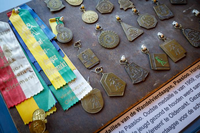 Te zien op de expositie: een verzameling medailles en vaantjes van de wandelvierdaagse in Paasloo.