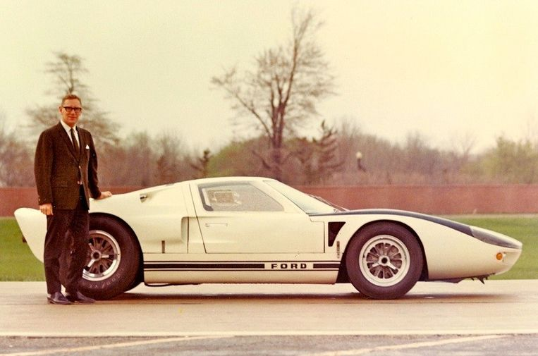 Roy Lunns Ford GT doorbrak in Le Mans de suprematie van Ferrari.  Beeld Ford