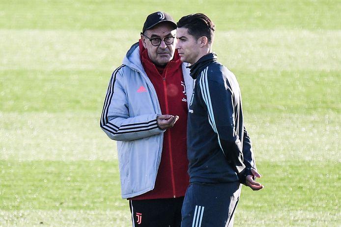Maurizio Sarri met Ronaldo op training.