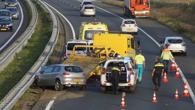 Automobilist botst achterop vrachtwagen op A59 bij Waspik