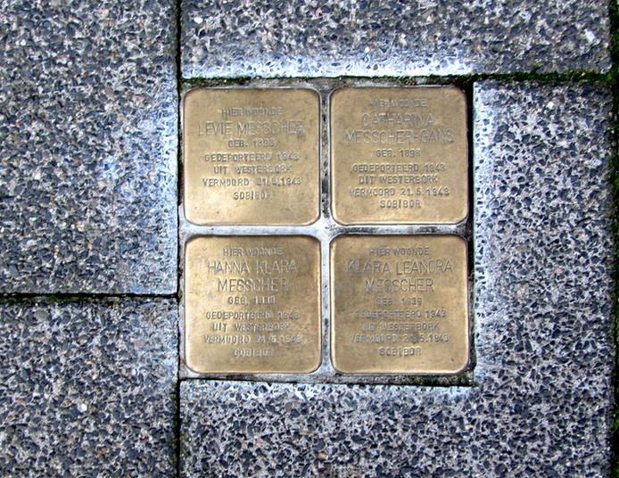 Vier voorbeelden van struikelstenen in Harlingen ter nagedachtenis van slachtoffers van de holocaust.