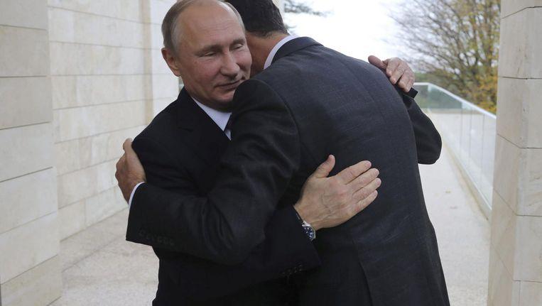 De Russische president Vladimir Poetin begroet zijn vriend en Syrische ambtsgenoot Bashar al-Assad maandag in Sotsji. Beeld ap