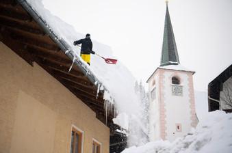 fotoreeks over Oostenrijk bedekt door metershoog sneeuwtapijt