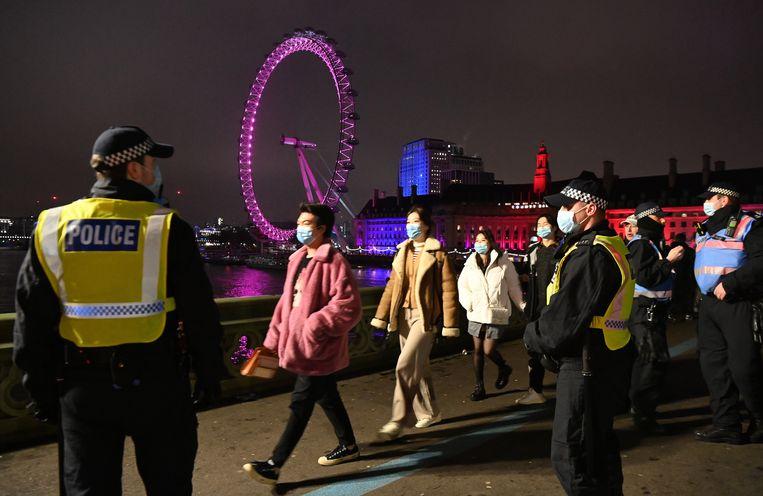 Politie in Londen tijdens oudjaarsavond. Beeld EPA