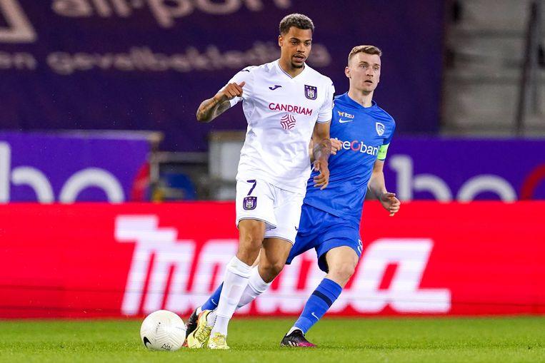 Anderlecht-spits Lukas Nmecha in actie tegen Genk. Beeld Photo News
