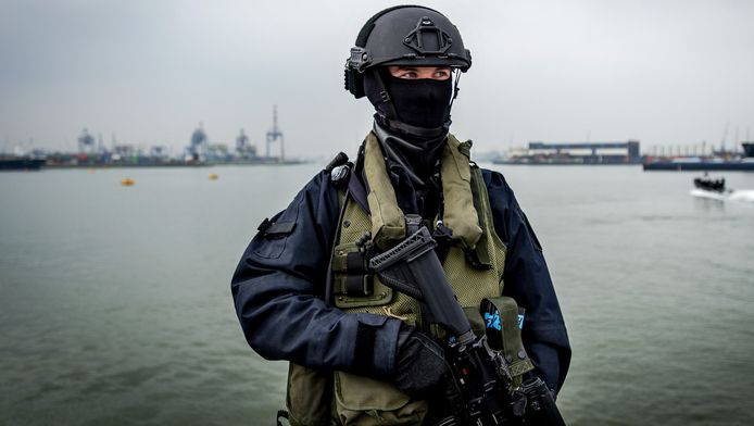 Een lid van van de Netherlands Maritime Special Operations Force van het Korps Mariniers in actie tijdens de grote anti-terreuroefening in samenwerking met de Dienst Speciale Interventies van de politie.