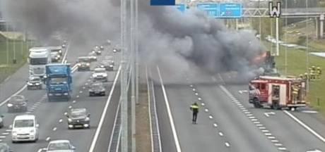 A15 bij knooppunt Valburg weer open na vrachtwagenbrand
