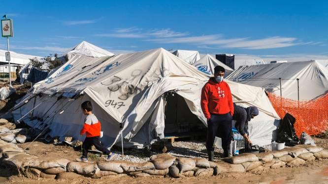 """Vluchtelingen op Lesbos mogen door avondklok één keer per week 3 uur naar buiten: """"Het is hier net een gevangenis"""""""