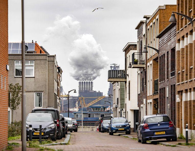 De hoogovens van Tata Steel gezien vanuit IJmuiden. Beeld ANP