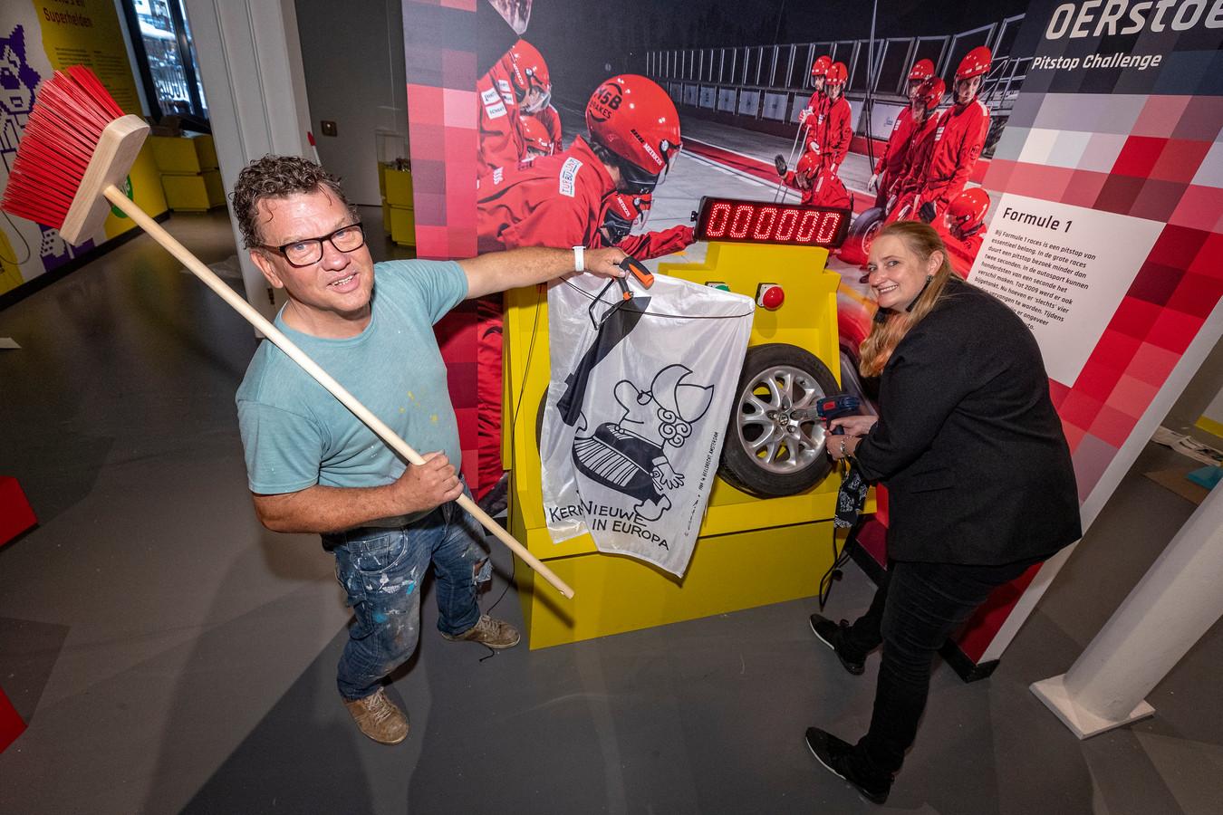 Erik Hanou en conservator Marjonne Kube bij het opzetten van de tentoontelling STOER Spierballen, Stiletto's en Superhelden