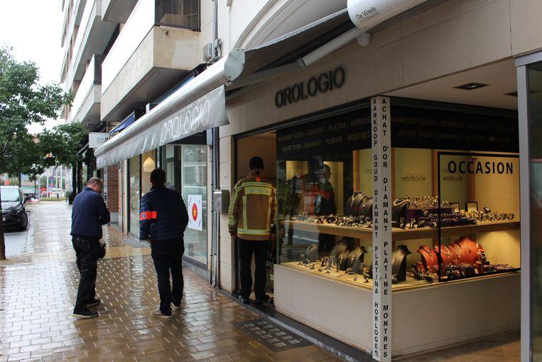 De politie aan juwelierszaak Orologio in de Kustlaan.