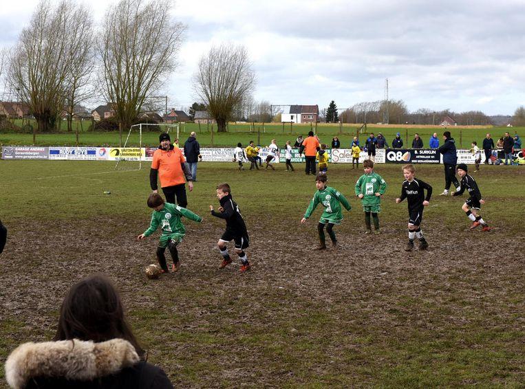 Enkele jonge spelertjes van Galmaarden tijdens een wedstrijd. Zij zouden wel een extra terrein kunnen gebruiken.