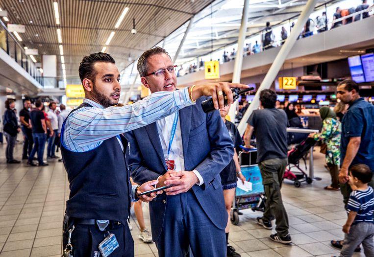 Flowmanager Danny van der Wel in overleg met één van de werknemers op de vloer. Beeld Raymond Rutting / de Volkskrant