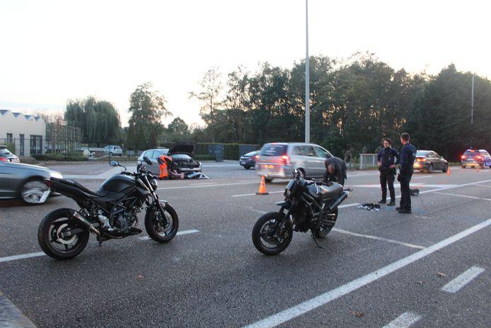 De motorrijders knalden tegen de flank van een overstekende auto.
