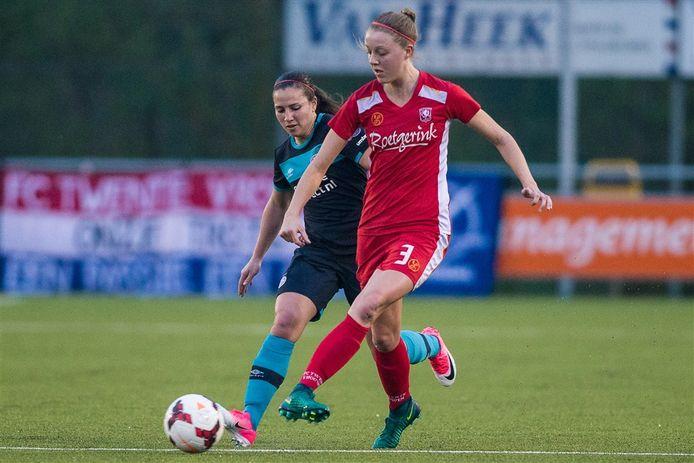Maruschka Waldus (r) vier jaar geleden in het shirt van FC Twente in duel met Vanity Lewerissa van PSV.