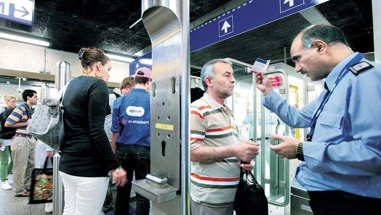 Veel GVB-personeel was donderdagmorgen opgetrommeld om reizigers met problemen door de poortjes te helpen. Foto Jean-pierre Jans Beeld