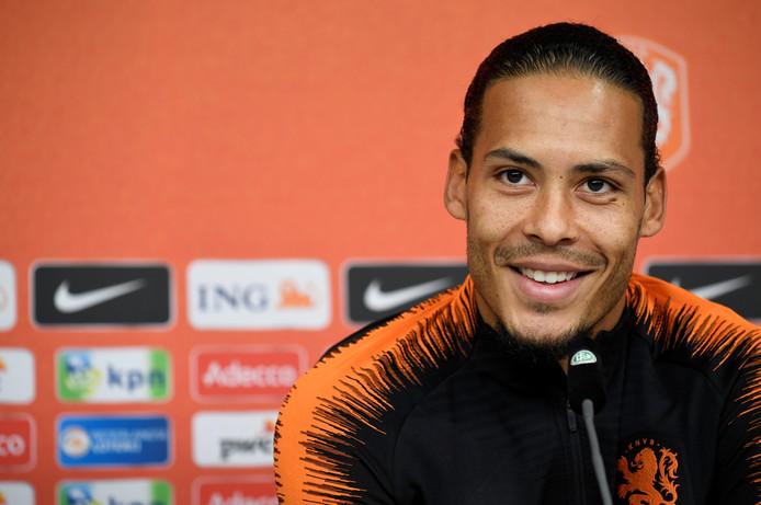 Virgil van Dijk tijdens de persconferentie in Hamburg.