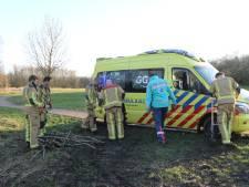 Brandweer rukt uit om wagen van ambulancebroeders uit modder te trekken in Delft