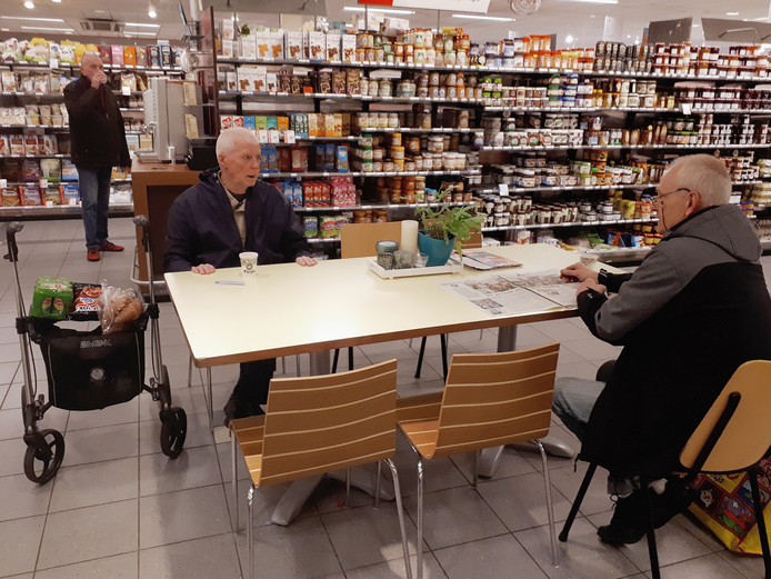 Rechts aan tafel meneer Van Vught, links Theo Brands.