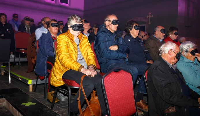 Bij concert Prikkels! van fanfare Excelsior werden alle zintuigen van bezoekers geprikkeld.  Zo werd er ook geluisterd met de ogen dicht.
