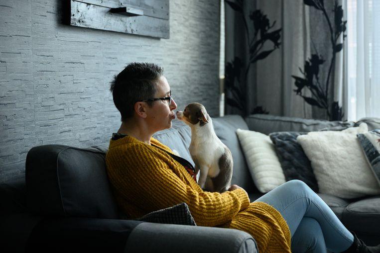 Bijstandsgerechtigde Sylvia Keuken, met haar hond Muis. Beeld