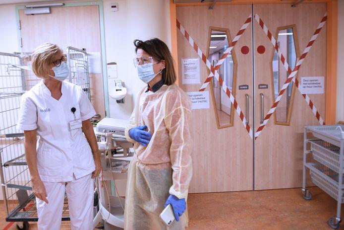 Verslaggever Phaedra Werkhoven bij de covid-unit van Isala Zwolle, op de toegangsdeuren de beruchte kruizen.
