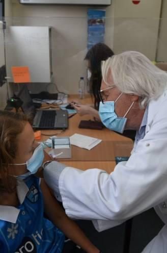Gesloten kleedkamers en een vaccibus: zo willen gemeenten rond Brussel slechte vaccinatiecijfers opkrikken