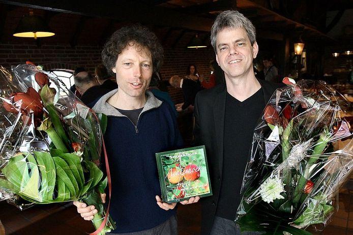 Winnaars Achterhoekse lectuurprijs Michiel Bussink (l) en Maurits Steverink met hun Smaakboek, Achterhoeks Fruit. Foto: Jan Houwers