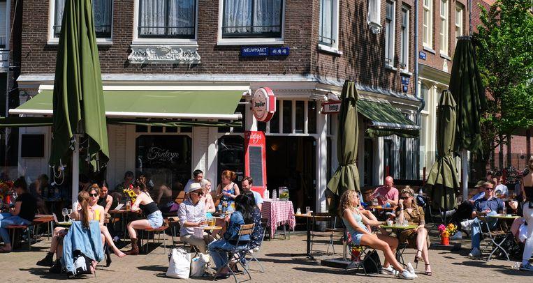 Volle terrassen in Amsterdam op de Nieuwmarkt. Beeld Hollandse Hoogte