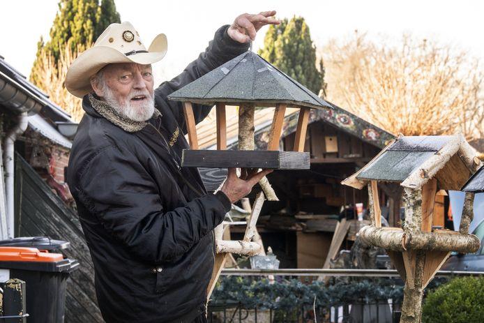 Countryzanger Ben Steneker vult zijn nu royale vrije tijd met het maken van vogelvoederkastjes tegen kostprijs. Idee erachter: als je door toch maar hele dag alleen naar buiten zit te kijken, heb je tenminste vogels te zien.