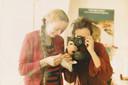 Joop fotografeert hen samen in een spiegel. Zij woonden in Amsterdam en het was vlak voordat Maria zwanger werd van Maya.