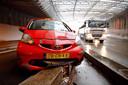De auto die de ingang van de parkeergarage Centraal blokkeert in de Willemstunnel in Arnhem.