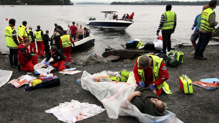 Hulpverleners ontfermen zich over de gewonden na het bloedbad op Utoya. Beeld AFP