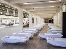 Een kale fabriekshal, een brits en drie maaltijden per dag is wat vluchtelingen in Hengelo geboden wordt
