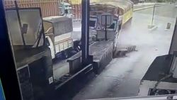 Trucker verliest controle en rijdt  in volle vaart tegen meerdere voertuigen