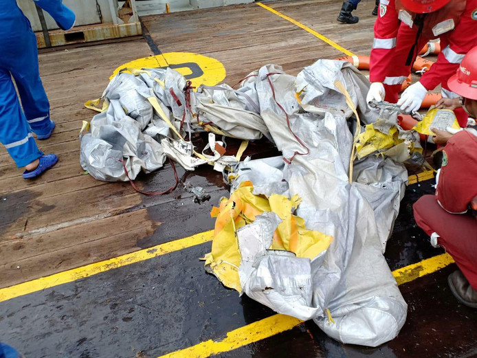 Onderzoek naar gevonden wrakdelen van vlucht JT610 aan boord van een reddingsschip