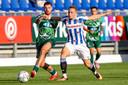 Mees de Wit van PEC Zwolle in actie tegen Tibor Halilovic van SC Heerenveen.