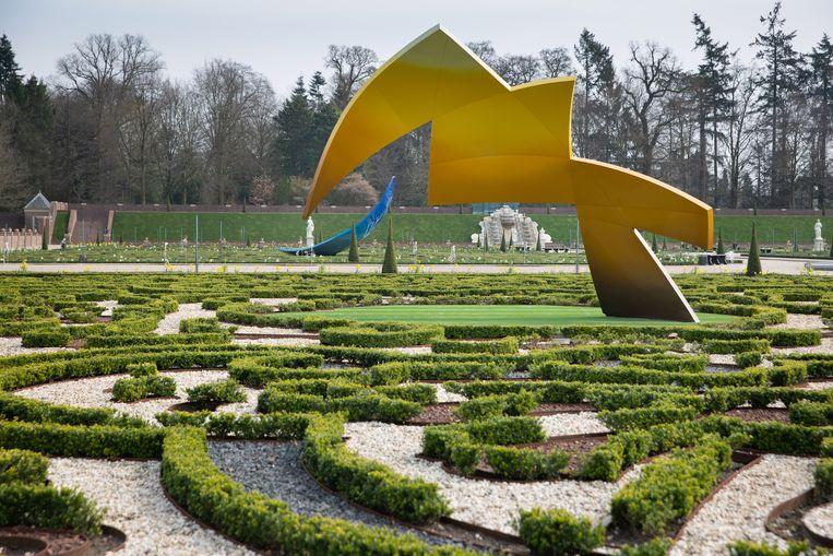Daniel Libeskind, architect, heeft vier sculpturen geleverd voor de tuin van museum paleis Het Loo in Apeldoorn. De beelden stellen broeikasgassen voor. Beeld Herman Engbers