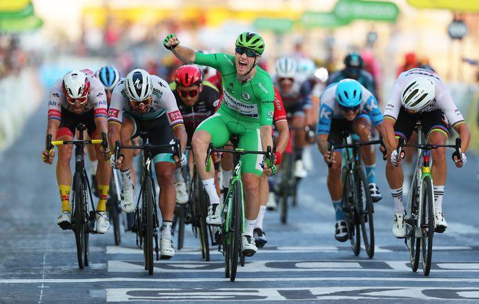 Sam Bennett zegeviert op de Champs-Élysées. Een mooie afsluiter voor Deceuninck-Quick.Step.