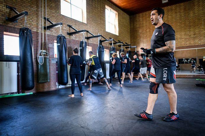 Ex-kickbokser Mutlu Karabulut geeft in zijn sportschool in Hengelo les.
